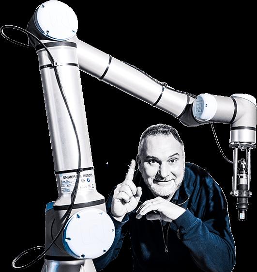 Guillaume Micheneau, dirigeant de MGM, société de maintenance industrielle, et un robot collaboratif industriel