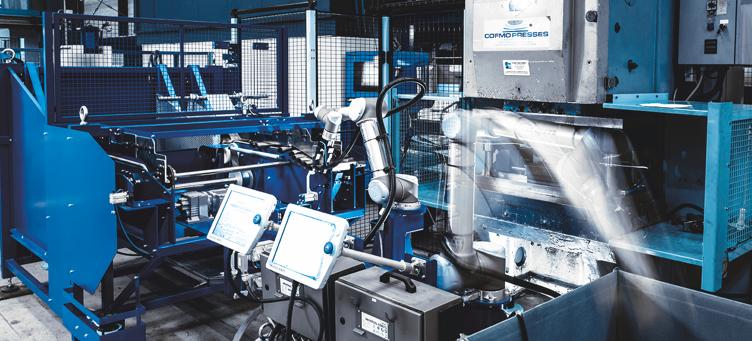 Deux robots collaboratifs en action pour optimiser la cadence d'une presse